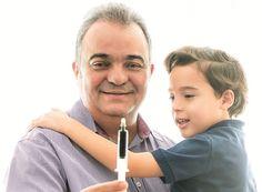 """""""Sei que posso ser condenado por três crimes, mas não vou parar"""" -  O oncologista Leandro Ramires, 50 anos, pai de Benício, 6, contou à CRESCER como era a vida da criança antes do canabidiol e como está agora. Confira o depoimento"""