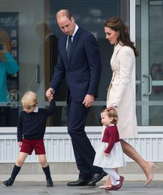 Kate Middleton, Prince William, Prince George, and Princess Charlotte ended their eight-day tour of Canada on Saturday on an adorable note. Prince William Family, Prince William And Catherine, William Kate, Prince Harry And Meghan, Prince And Princess, Princesa Charlotte, Princesa Diana, Princesse Kate Middleton, Kate Middleton Prince William