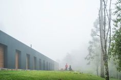 The Mororó House is in a mountainous region, 180 km from the city of São Paulo, known for its low temperatures. The architecture sought to create generous in...