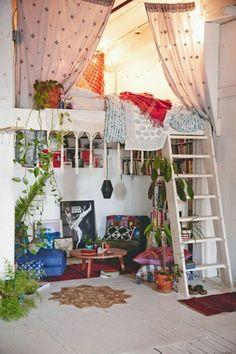interessantes zimmer mit gardinen - hochbett für erwachsene