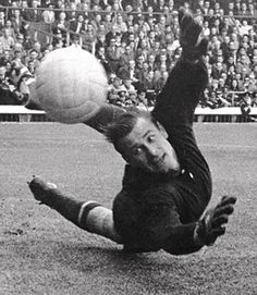 USSR goalkeeper Lev Yashin makes a superb save from Italy's Sandro Mazzola at the 1966 World Cup Olympic Football, Fifa Football, Football Icon, World Football, Soccer World, School Football, France Football, Image Foot, Real Madrid