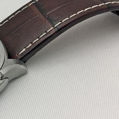 REPOST!!!  Hamilton Jazzmaster Viewmatic -automaattikellon 44 millimetrin kellonkuori on tehty ruostumattomasta teräksestä. Pukukelloksi hieman isohkoa 44 millin kokoa kompensoi 10 millimetrin paksuus, joten kello istuu pienempäänkin ranteeseen hyvin. Osa 1/3, jatkuu ->  repost | credit: ID @tyyliniekka (Instagram)