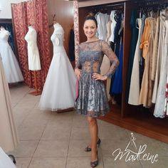 Sukienka wyszywana piękną, srebrną koronką. Cudowne tkaniny. Bardzo modna. Dostępna w Poznaniu. Aktualny model Klientka odebrała, jak widać bardzo zadowolona ;)