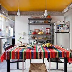 impossível não cair de amores por essa cozinha! além de quase não ter paredes, o teto ainda foi pintado de amarelo ♥ quer conhecer?  a matéria está na home do blog (de quebra você ainda vai aprender a fazer rolinho primavera vietnamita - receita saudável e pá pum) vem! #nacozinha #todacasatemumahistoria #receitalight  foto: @isafabian
