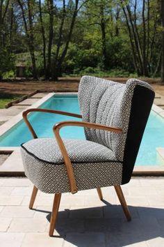 Fauteuil cocktail des années 50, entièrement refait (mousse, assise, tissu : neuf). Tissu imprimé ethnique . Superbe ligne & confort.