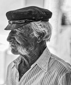 Greek Fisherman walking the street of Mykonos. Cultura Judaica, Old Age Makeup, Wood Carving Faces, Greek Men, Old Fisherman, Sea Captain, Old Faces, Foto Art, People Of The World