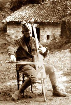 Beaucoup de soldats jouaient d'instruments fabriqués avec les moyens du bord. Ici, le violoncelliste François Gervais.