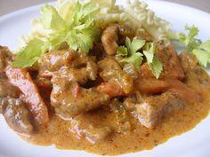 Vepřovou plec, mrkev a řapíky celeru nakrájíme na nudličky, cibuli a česnek na drobno.Na oleji zpěníme cibuli, přidáme zeleninu a orestujeme.... No Salt Recipes, Meat Recipes, Pecan Pralines, Russian Recipes, Food 52, Thai Red Curry, Stew, Good Food, Food And Drink