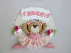 Que tal receber sua princesinha com essa charmosa guirlanda de maternidade ursinha bailarina!!! <br>Medida do círculo - 26 cm