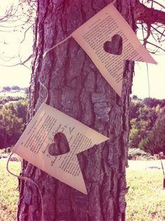 Guirlande drapeaux réalisée dans un livre ancien avec ces coeurs  Possibilité d'imprimer le noms de vos invités sur commande (devis à demander par mail feekabosse@gmail.com. - 5710643