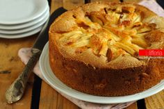 La torta di mele dal Manuale di Nonna Papera è un dolce semplice e facile: una torta morbida, umida al punto giusto, fatta con ingredienti semplici.