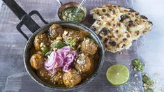 Indiske lammeboller med marinert rødløk | Godt.no Tex Mex, Indian Food Recipes, Acai Bowl, Good Food, Awesome Food, Recipies, Curry, Chicken, Meat
