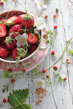 Raindrops and Roses Strawberry Moons, Strawberry Farm, Strawberry Fields, Healthy Fruits, Healthy Recipes, Vegetable Pictures, Raindrops And Roses, B Food, Vibeke Design