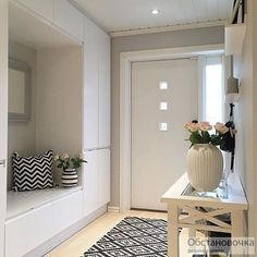 48 Adorable Small Entryway Makeover Decor Ideas Domed ceilings, open entryways, and big doors are ideal for houses close to the beach. Hallways are narrower than the typical room. Leather sofa suites are a great choice for any home. You will als… Design Entrée, Flur Design, House Design, Layout Design, Casa Mix, Hallway Storage, Ikea Hallway, Entry Hall, Front Hallway