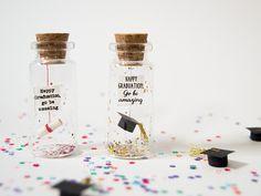 Happy graduation, go be amazing. Enhorabuena. Divertida postal de Graduación. Mensaje en una botella. Miniaturas. Regalo personalizado. de EyMyMessage en Etsy