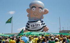 Boneco inflável de Lula vira febre e vai circular em protestos pelo país - 18/08/2015 - Poder - Folha de S.Paulo  Foto Pedro Ladeira Folha Press PIXULECO