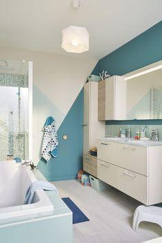 Une salle de bains bleue et blanche au style contemporain
