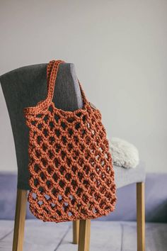 Crochet tote bag pattern is perfect as market handbag or beach tote. Crochet tote can be called also as farmers market bag now it is very popular between stylish women. Crochet tote bag is handmade and it is will suit any style and any occasion. Bag Crochet, Crochet Market Bag, Crochet Motifs, Crochet Patterns, Sewing Patterns, Crochet Capas, Net Bag, Tote Pattern, Tote Bag Patterns