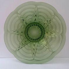 Helder groen glazen schaal van Val Saint Lambert met het zeldzame motief Pavillons en gewelfde rand uit de '30 jaren. De Schaal is uit de serie Luxval, na ontwerp van  Charles Graffart en René Delvenne. Gesigneerd Belgique.