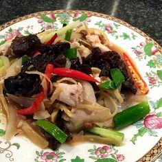 Stir fried chicken with wood-ear mushroom.