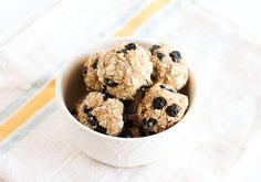 Lemon Blueberry Energy Bites With Oats and Almonds Healthy Eating Recipes, Healthy Dishes, Healthy Desserts, Snack Recipes, Healthy Eats, Healthy Foods, Lowest Carb Bread Recipe, Low Carb Bread, Protein Bites