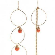 Die Ohrhänger aus 14 Karat Gold mit Tropfen aus Koralle von Rue Belle sind die perfekte Ergänzung zu deinem Bohemian-Style. melovely.de