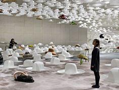 Un mare di cappelli, l'allestimento di Nendo per la nostra di Akio Hirata