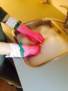 De roze Gloveables met schattige groene strik in actie tijdens de afwas! Te koop op www.funables.nl #cadeau Plastic Cutting Board, Gloves, Gadgets, Dish, Pretty, Iphone Wallpapers, Gadget, Plate