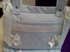bebeteca. Bolso-panera de piqué rombo azul con detalles en blanco.