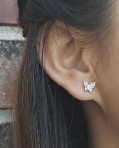 Jewelry Design Earrings, Gold Earrings Designs, Ear Jewelry, Designer Earrings, Fashion Earrings, Jewlery, Jewelry Bracelets, Mini Hoop Earrings, Small Earrings