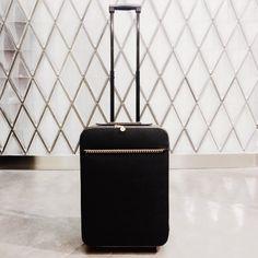 """Стильное путешествие от Stella McCartney. Красивый и практичный, этот дизайнерский чемодан имеет несколько карманов, а также один большой вместительный отсек для одежды. С таким багажом хорошее настроение во время отпуска обеспечено! Бутик Stella McCartney расположен на 1-м этаже Галерей """"Времена года""""."""