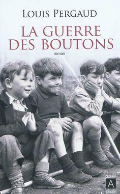 La guerre des boutons - A la fin du 19e, les affrontements entre les garçons de Longeverne et de Velrans dégénèrent en guerre ouverte. Comme trophée, les 2 camps confisquent à leurs prisonniers les boutons de vêtements, culottes comprises attirant sur ces derniers la vindicte de leurs parents.  Les fiches du film : http://www.allocine.fr/film/fichefilm_gen_cfilm=188649.html  http://www.allocine.fr/film/fichefilm_gen_cfilm=188340.html  http://www.allocine.fr/film/fichefilm_gen_cfilm=5953.html