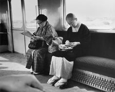 Andre Kertesz : reading on train, Japan, 1968 Narrative Photography, History Of Photography, Couple Photography, Street Photography, Andre Kertesz, Budapest, Manila, People Reading, High Pictures
