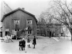 Piharakennus Marianktu 24:ssä 1907. Talo oli rakennettu Ruotsin vallan aikana ja purettiin samana vuonna. Signe Brander saapui silloin paikalle ikuistamaan vanhan talon rakennustekniikkaa. Kuva: Signe Brander.