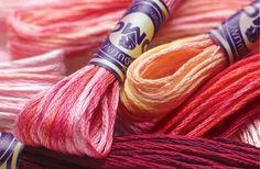 Après le tricot, intéressons-nous à une autre catégorie de travaux d'aiguilles : la broderie ! Malgré sa réputation de « loisir de mamie », la broderie revient doucement sur le devant de la scène ! Attention, cet article n'a pas vocation à vous apprendre vraiment à broder mais plutôt à vous montrer une vue d'ensemble [...]