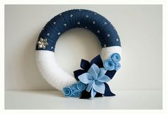 Snow shower yarn wreath from England - sold in pounds (not dollars) - nice wreath Felt Flower Wreaths, Pom Pom Wreath, Felt Wreath, Xmas Wreaths, Wreath Crafts, Diy Wreath, Felt Flowers, Flower Crafts, Yarn Crafts