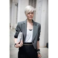 Coiffure courte 2019 : les plus jolis modèles de coupes courtes tendance en 2019 great look. Women over fifty letting their grey hair down. White hair on an older woman is like platinum. Blonde on a younger woman - Station Of Colored Hairs Fall Hair Cuts, Short Hair Cuts, Short Hair Styles, Short White Hair, Grey Hair Extensions, Grey Wig, Corte Y Color, Great Hair, Silver Hair