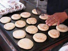 Delicious warm gorditas for a cold day or for when you have a craving for something sweet and fluffy. Prepare these delicious gorditas at home and accompany them with a delicious hot coffee or a glass of milk. Mexican Sweet Breads, Mexican Bread, Real Mexican Food, Mexican Cooking, Mexican Dishes, Mexican Bakery, Mexican Art, Gorditas Recipe Mexican, Delicious Desserts