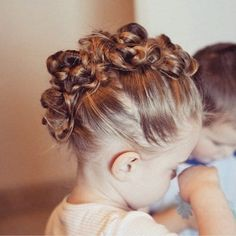 Peinado recogido con muchos rodetes pequeños