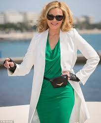 Kim Cattrall (b. in 2014 - I LIKE the black leather half-gloves and black waist purse with this bright green dress and white topper Kim Cattrall, Mode Outfits, Fashion Outfits, Womens Fashion, Half Gloves, Green Satin Dress, Over 60 Fashion, Fashion Forever, Advanced Style