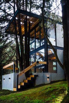Hermoso diseño de loft de 75 m² en Ciudad de México   homify   homify Sustainable Architecture, Architecture Design, House In The Woods, My House, Modern Lodge, Casa Loft, House On Stilts, Weekend House, Modern Architects