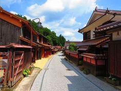 通りに並ぶ建物の屋根と外壁が赤褐色の町並み。それが岡山県高梁市成羽町の吹屋にある「吹屋ふるさと村」です。江戸時代中期に幕領地となり吹屋は銅山の町として発展。その後、顔料としてのベンガラで日本唯一の巨大な生産地となりました。「吹屋ふるさと村」は、昭和49年に岡山県「ふるさと村」として認定された中の一つ。到着し、山間の視界が開けると突然見えるその色は衝撃的です。