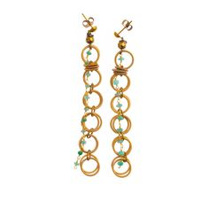 MARU Orecchini in acciaio con bagno in oro con filo pietre (smeraldo) con elementi in ottone.