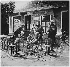 Tour de France 1926. 28-06-1926, 5^Tappa. Le Havre - Cherbourg. Ristoro a Corneville. Joseph Van Dam (1901-1986), Omer Huyse (1898-1989) e Jan Mertens (1904-1964)