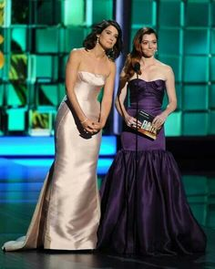 How i met your mother...Cobie and Alyson at the 2013 Emmy's