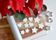 Každý rok vyrábím vánoční výzdobu vtrochu jiném tématu. Letos bude u nás doma vládnout rustikální atmosféra, dřevěné ozdoby, přírodní materiály a ručně vyráběné jmenovky na dárky. Pro letošní rok jsem stejně jako před pár lety zvolila jmenovky ze samotvrdnoucí hmoty (koupíte vpapírnictví nebo vum