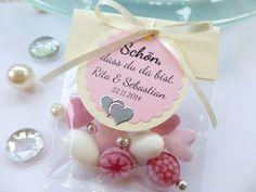 Toller Blickfang auf eurer Festtafel! Wunderschönes Gastgeschenk-Tütchen in creme-rosa Farbe mit verschiedenen Leckereien, die frisch in ein Lebensmittel-echtes Folientütchen gefüllt...