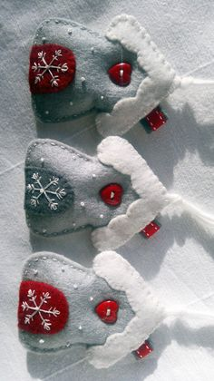 Set of Three White-Red-Grey Winter Snowflake House Felt Ornament /Hanging Decoration Ensemble de trois blanc-rouge-gris hiver flocon par AgnesFeltCraft Christmas Projects, Felt Crafts, Holiday Crafts, Felt Christmas Decorations, Felt Christmas Ornaments, House Ornaments, House Decorations, Christmas Nativity, Homemade Christmas