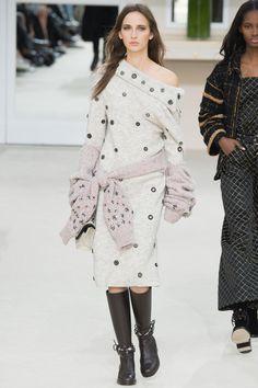 Chanel Fall 2016 Ready-to-Wear Fashion Show - Waleska Gorczevski (OUI)