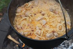 Einer der bekanntesten Vertreter der klassischen ungarischen Gerichte ist das Szegediner Gulasch. Diese besondere und sehr schmackhafte Ausführung besitzt nicht nur einen kräftigen und hervorragenden Geschmack, sondern auch die Eigenschaft der leichten Herstellung in der eigenen Küche oder unterwegs im Dutch Oven.